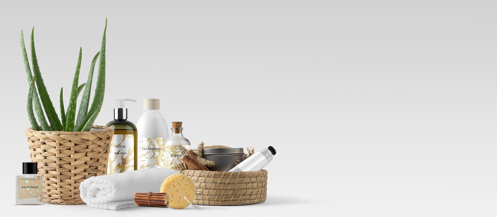 Verschiedene Pflegeprodukte, Handtuch, Aloe Vera – Spa und Beauty  Banner